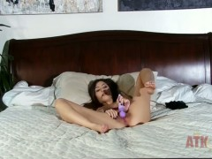 Skinny beaty Cassie Laine plays with vibrator in bed
